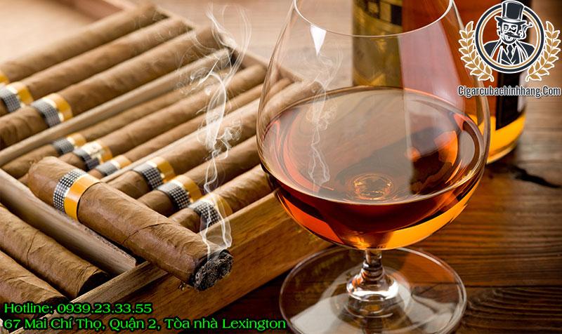Hút xì gà uống rượu gì